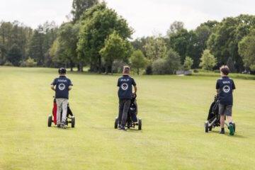 Jugendliche auf dem Golfplatz